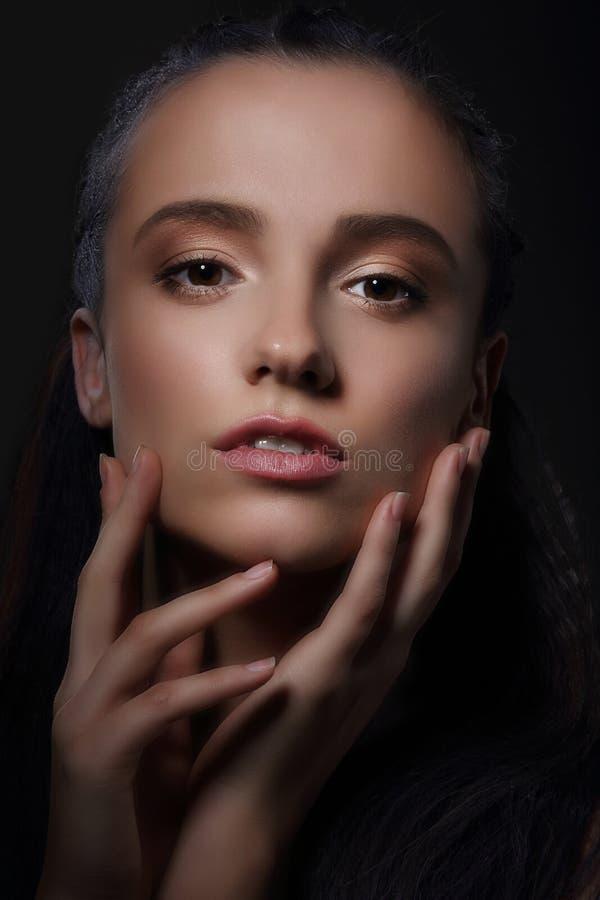 känsla Tillgiven kvinna som trycker på hennes framsida fotografering för bildbyråer