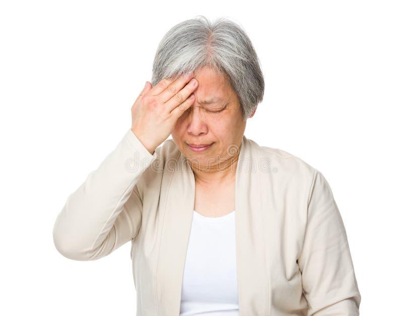 Känslig huvudvärk för gammal kvinna fotografering för bildbyråer