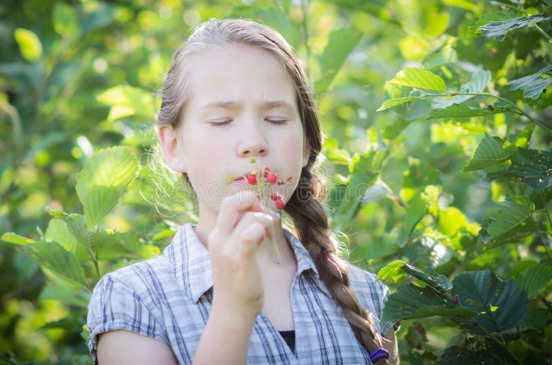 Känslig tonårig flickastående i natur fotografering för bildbyråer