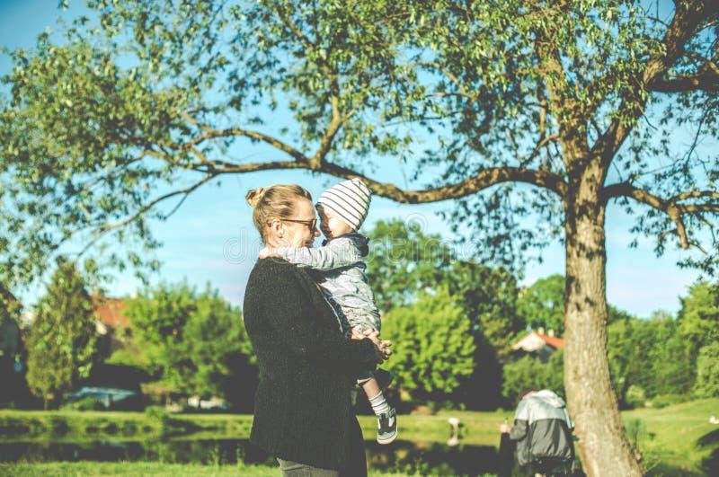 Känsliga ögonblick mellan modern och hennes barn arkivfoton