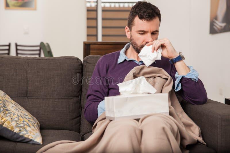 Känsligt sjukt med den hemmastadda influensan arkivfoto