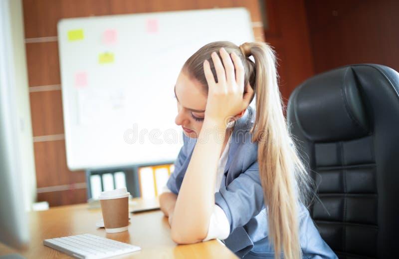 Känsligt trött på Frustrerad ung kvinna med huvudvärkwhi arkivfoto