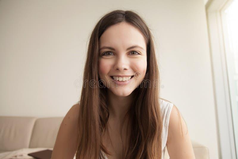Känslobetonad headshotstående av att le den unga kvinnan royaltyfri foto
