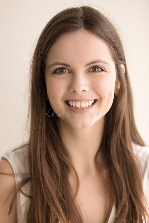 Känslobetonad headshotstående av den lyckliga unga kvinnan royaltyfri foto