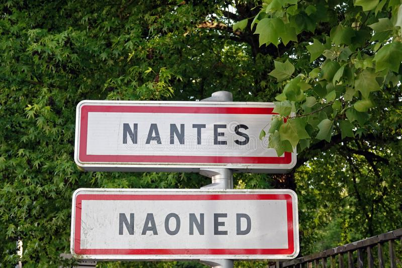 Känt tecken för väg av staden av Nantes i Frankrike arkivbild