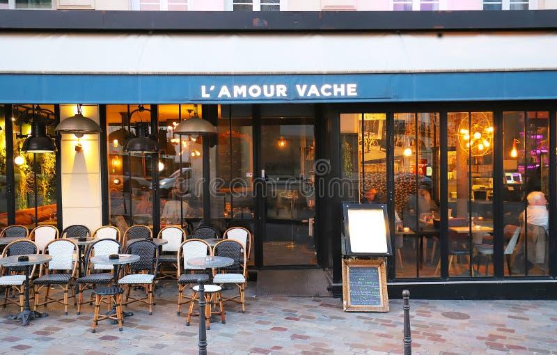 Kärleksaffärvache är det traditionella franska kafét som lokaliseras på den boulevardBonne nouvellen nära Porte Saint Denis i Par arkivbilder