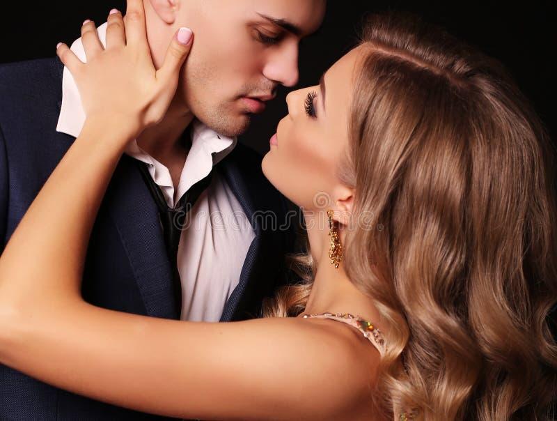 kärlekshistoria för trädgårds- flicka för pojke kyssande härliga sexiga par ursnygg blond kvinna och stilig man fotografering för bildbyråer