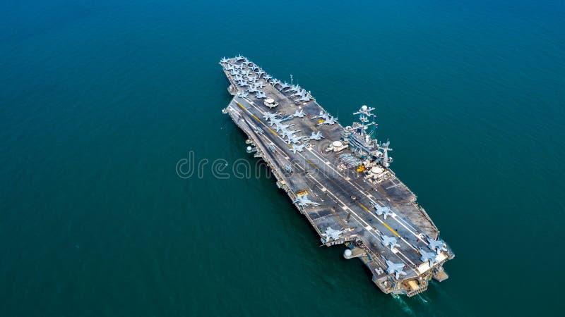Kärn- hangarfartyg för marin, flygplan för jaktflygplan för militär bärare för marinskepp fullt ladda, flyg- sikt royaltyfria bilder