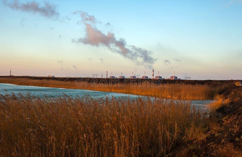 kärn- växtströmsolnedgång förorening royaltyfri bild