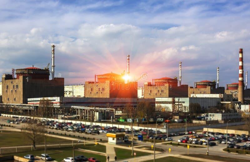 kärn- växtströmsolnedgång Kärnenergi och environmen royaltyfri bild