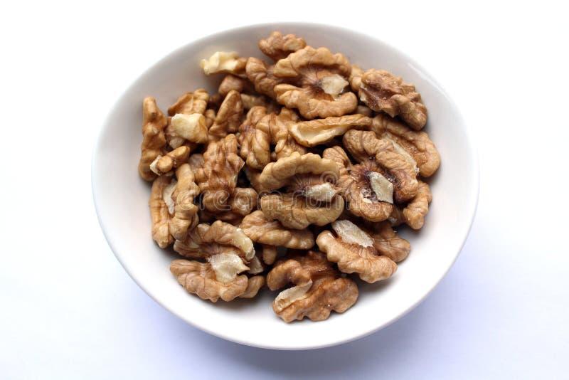Kärnavalnötter i den vita maträtten arkivfoto