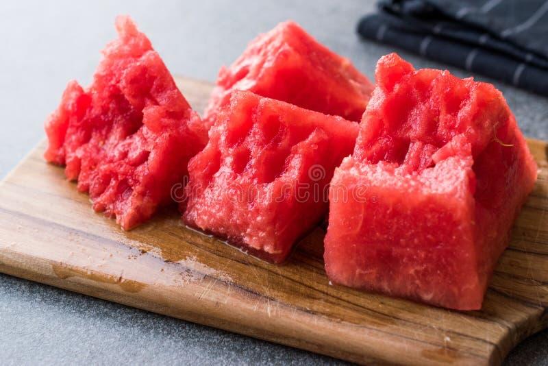 Kärnfria vattenmelonskivor som är klara att äta på träyttersida royaltyfria foton
