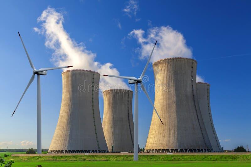 Kärnkraftverk Dukovany med vindturbiner i Tjeckien Europa royaltyfri foto