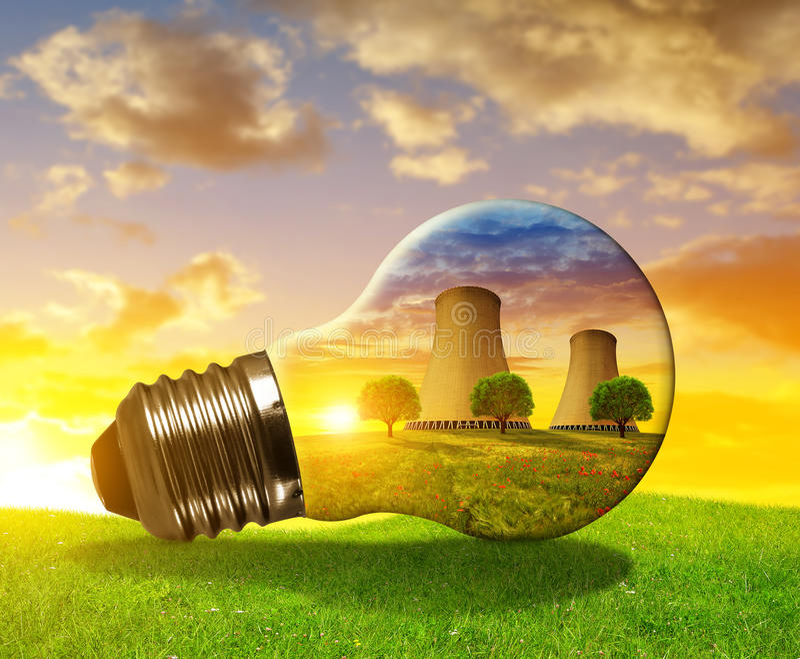Kärnkraftverk i ljus kula arkivfoto