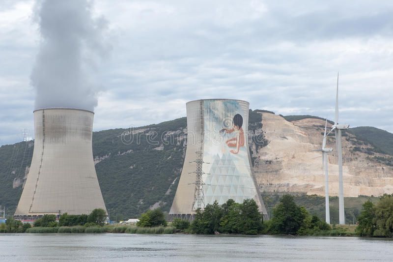 Kärnkraftverk- och vindturbiner på Rhonen royaltyfri bild