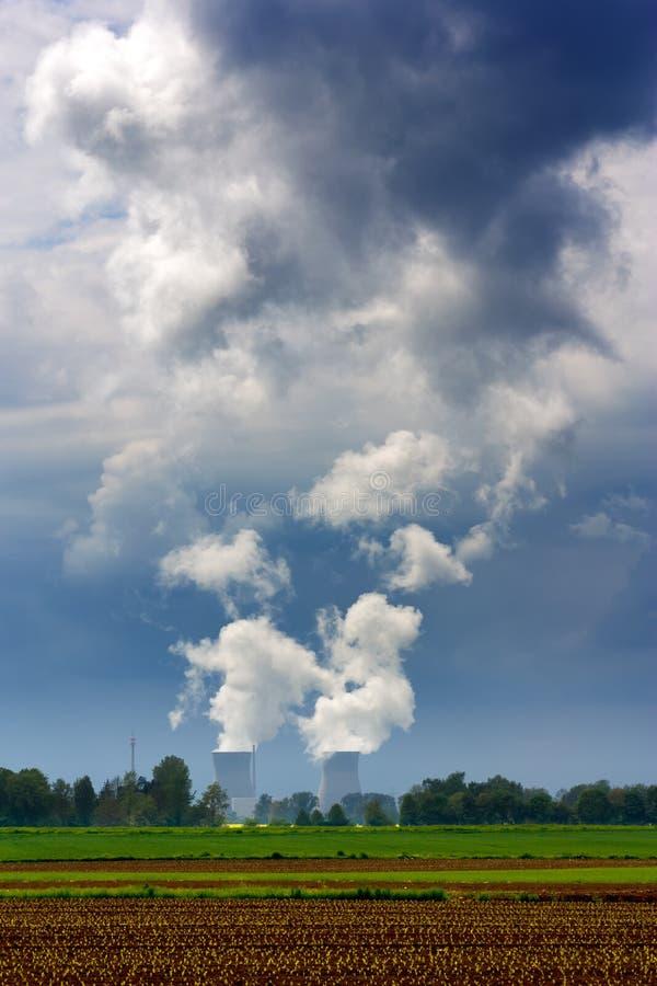 Kärnkraftverk som kyler torn arkivbilder