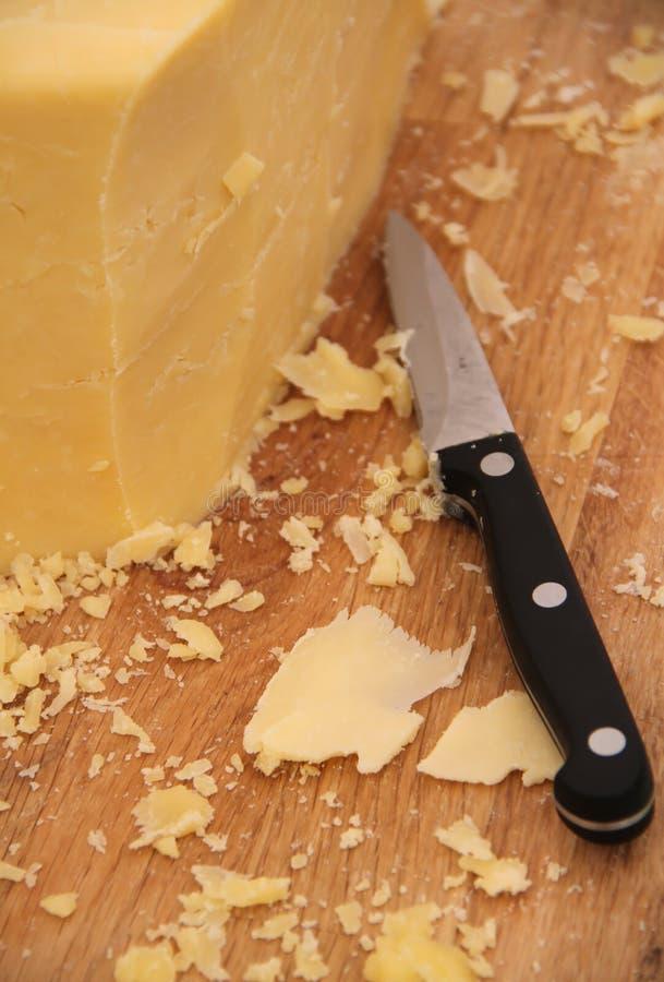Käse auf einem Vorstand lizenzfreies stockbild