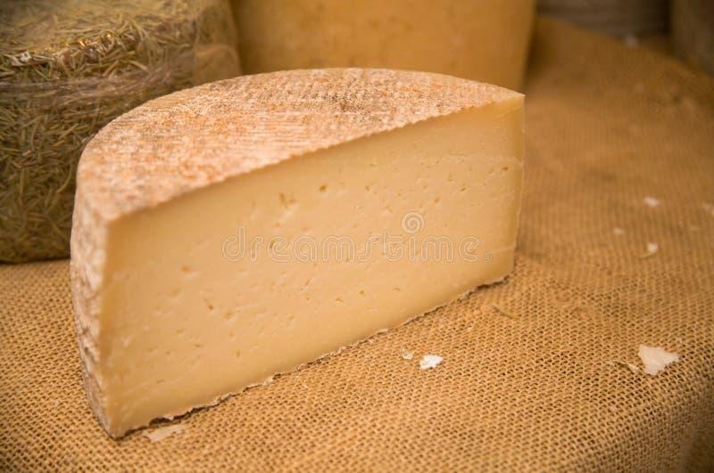 Käse auf Marktströmungsabriß lizenzfreie stockfotografie