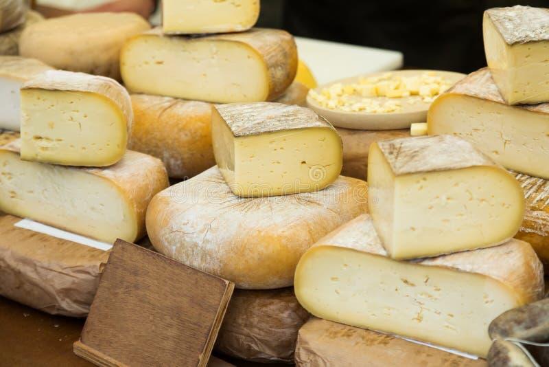 Käse auf Marktzähler stockfotografie