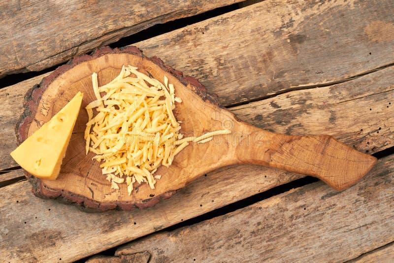 Käse auf natürlichem hölzernem Brett lizenzfreies stockbild