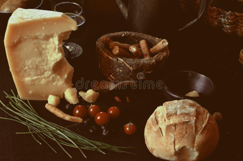 Käse, Brot und Wein lizenzfreie stockfotografie