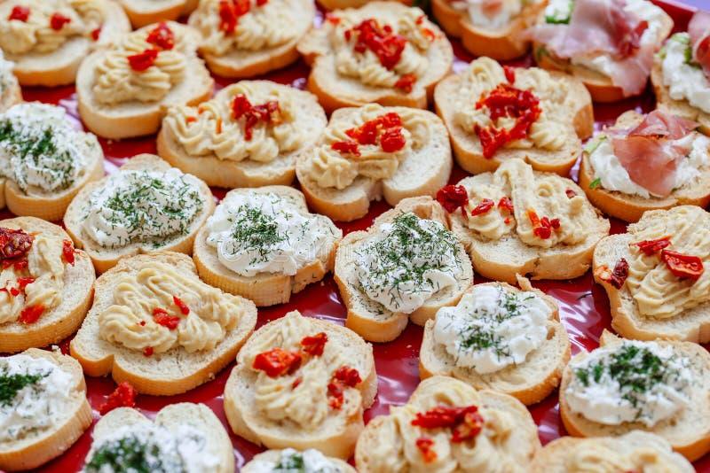 Käse Bruschetta mit Sahne, Rogenverbreitung und sonnengetrocknete Tomaten stockbilder