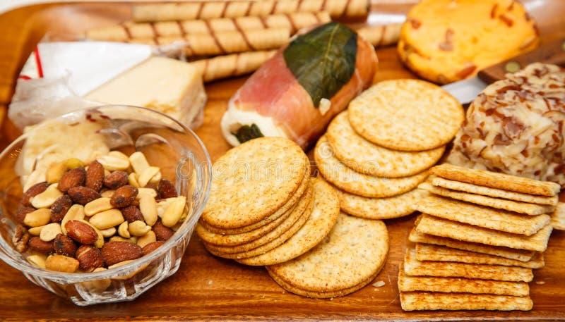 Käse-Cracker und Nüsse lizenzfreie stockbilder