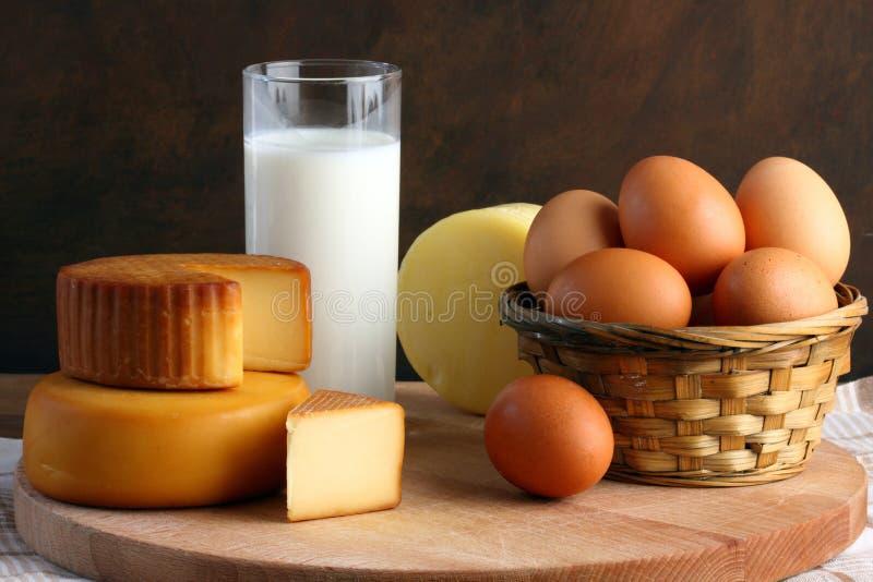 Käse, Milch und Eier stockfoto