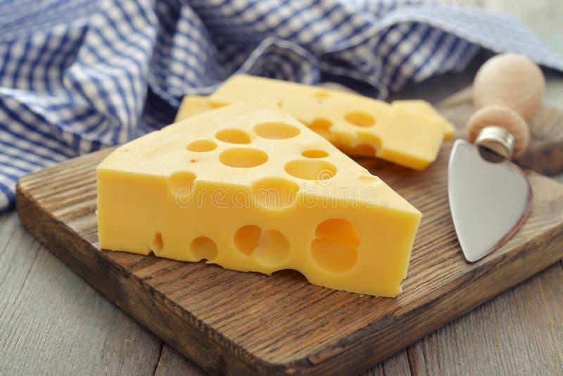 Käse mit großen Löchern lizenzfreies stockfoto