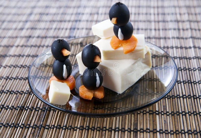 Käse mit Oliven lizenzfreie stockfotos