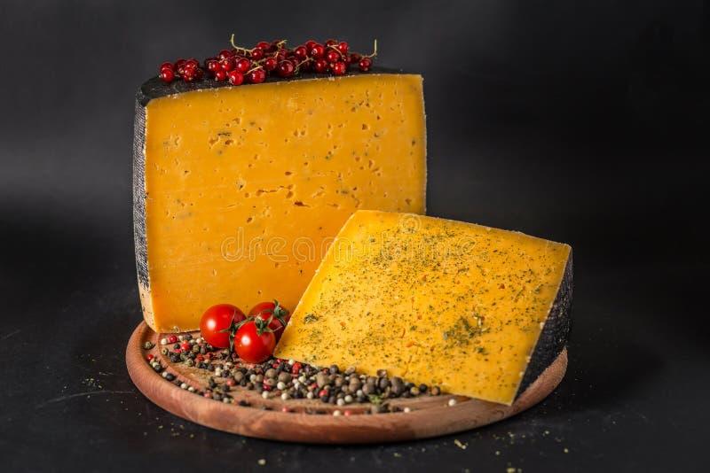 Käse mit Pfeffer, Tomaten und Beeren stockbilder