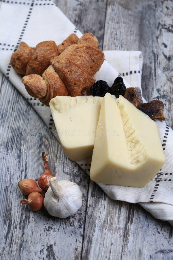 Käse nahe bei Hörnchen lizenzfreie stockbilder