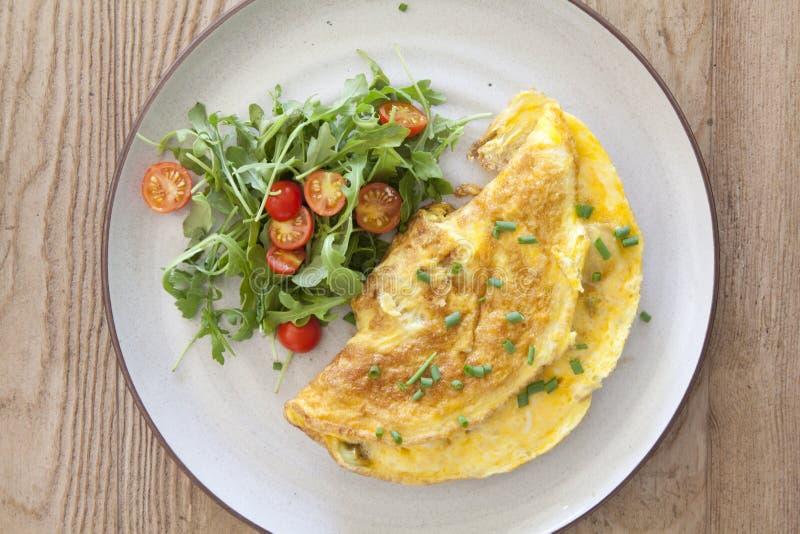 Käse-Omelett mit einem Salat lizenzfreie stockfotos