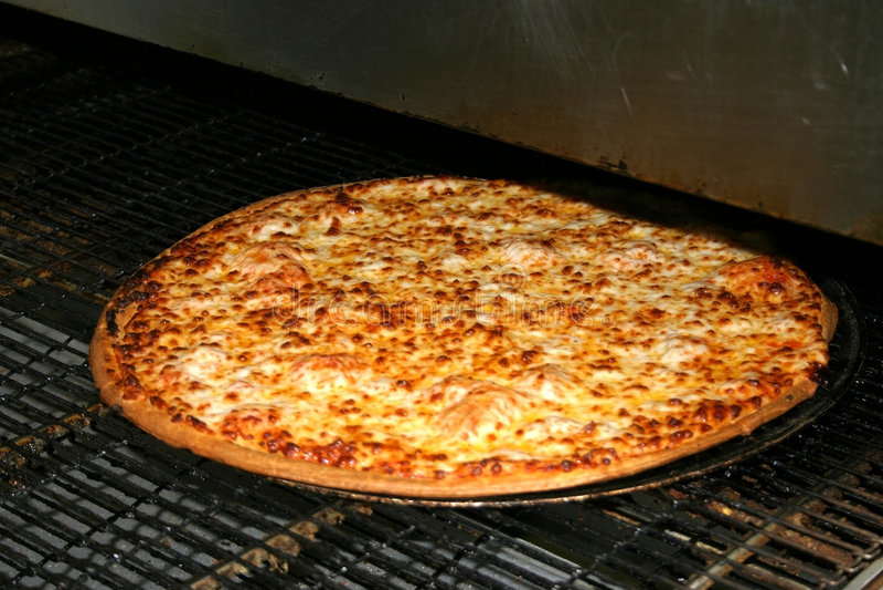 Käse-Pizza aus dem Ofen heraus stockbilder