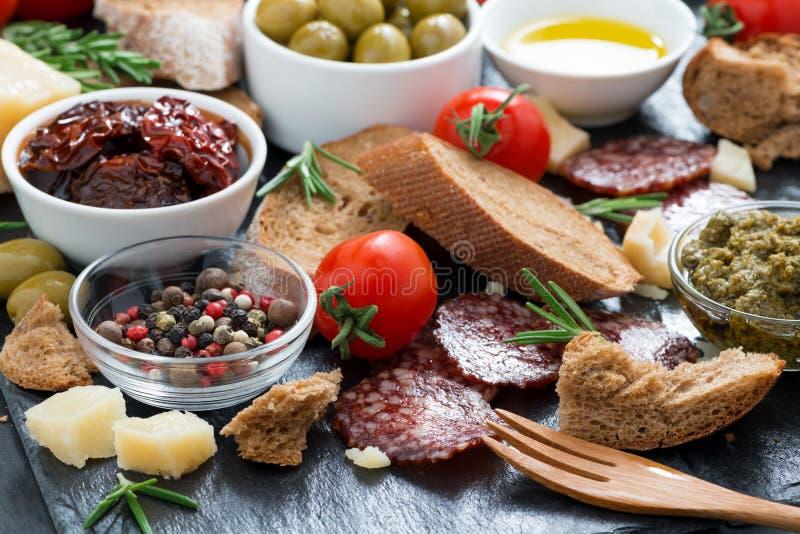 Käse, Salami und verschiedener italienischer Aperitif lizenzfreie stockbilder