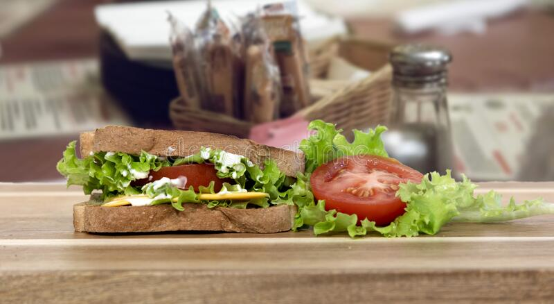 Käse Sandwich mit Salat und Tomate stockbild