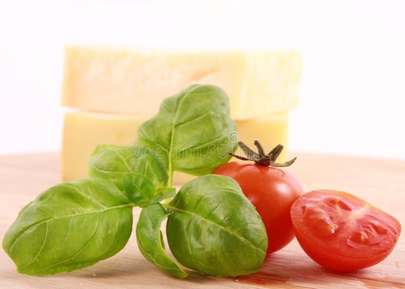 Käse, Tomate und Basilikum lizenzfreies stockfoto