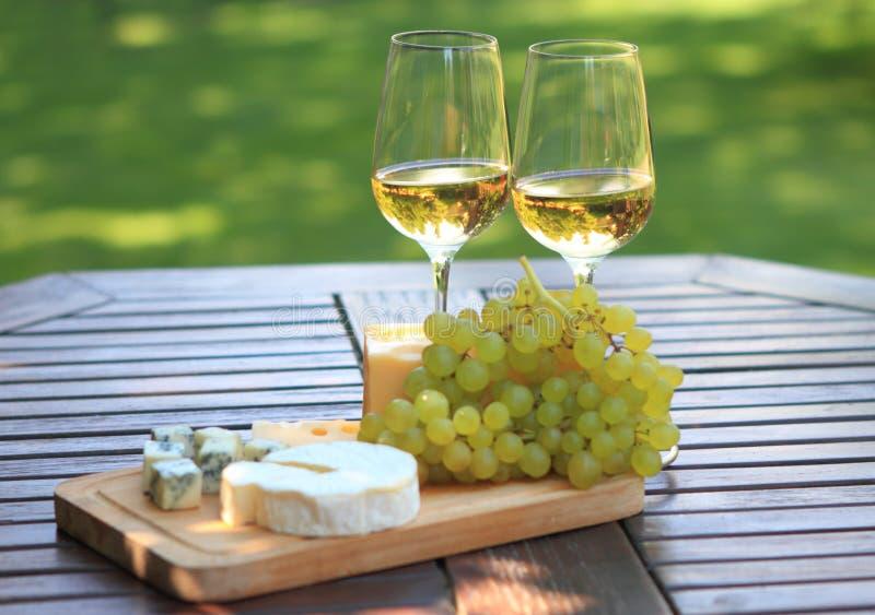 Käse, Trauben und weißer Wein lizenzfreies stockbild