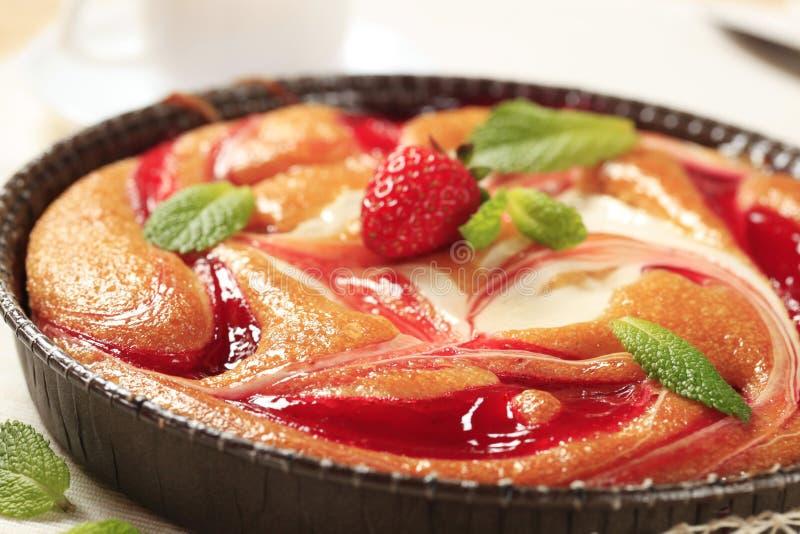 Käse- und Erdbeerschwammkuchen lizenzfreie stockbilder