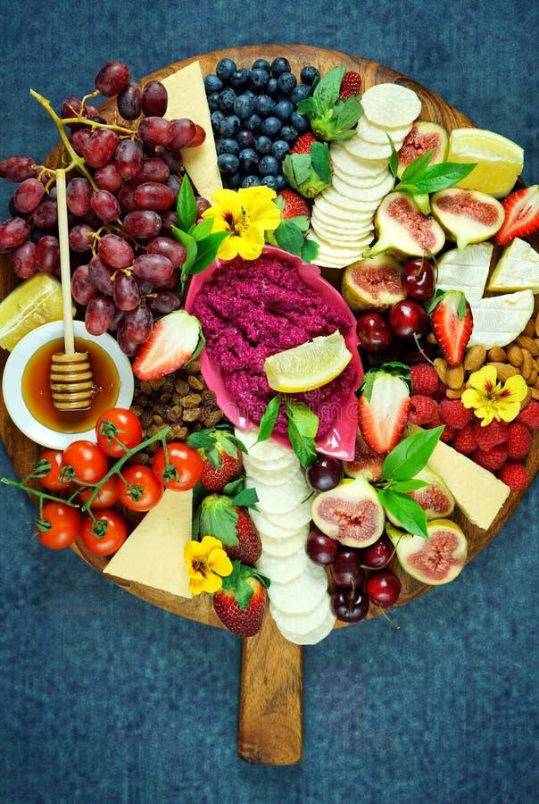 Käse und Frucht Charcuterienachtisch, der Servierplatte auf hölzernem Brett weiden lässt lizenzfreie stockfotografie