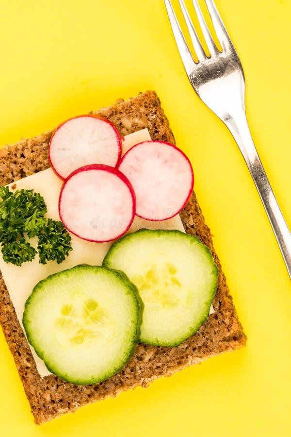 Käse-und Gurken-offenes Gesichts-Rye-Brot-Sandwich mit Rettichen lizenzfreies stockfoto