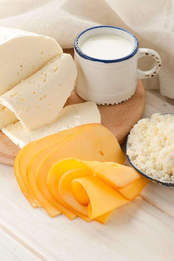 Käse und Milch zum Frühstück lizenzfreie stockbilder