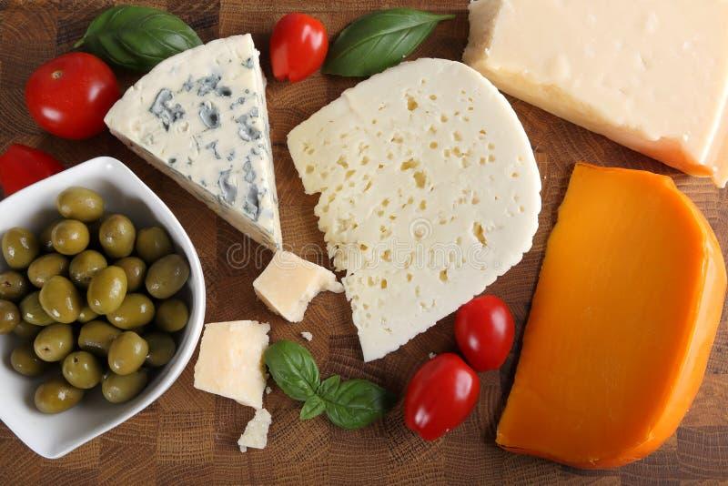 Käse und Oliven stockfotografie