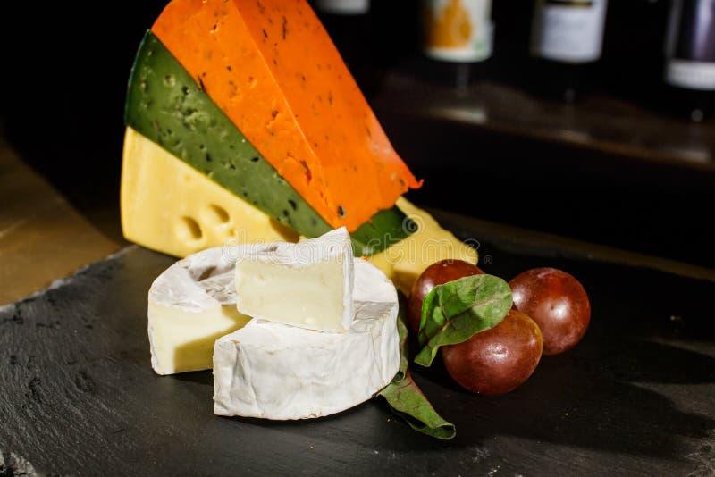 Käse und schwarze Oliven lizenzfreies stockfoto