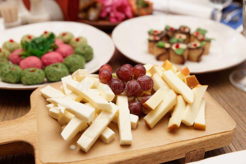 Käse und traditionelle georgische Aperitifs stockfotos