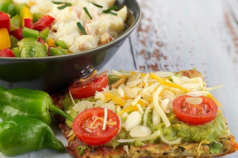 Käse- und Zucchinitortillas, geräucherter Lachs, raishes, Kirschtomaten, Avocadocreme, Frischkäse, Tomatencreme mit Basilikum stockfotos