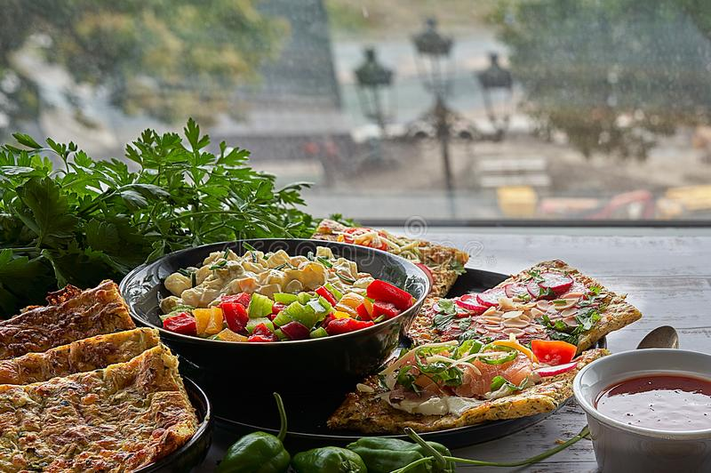 Käse- und Zucchinitortillas, geräucherter Lachs, Rettiche, Kirschtomaten, Avocadocreme, Frischkäse, Tomatencreme mit Basilikum, G stockfotos