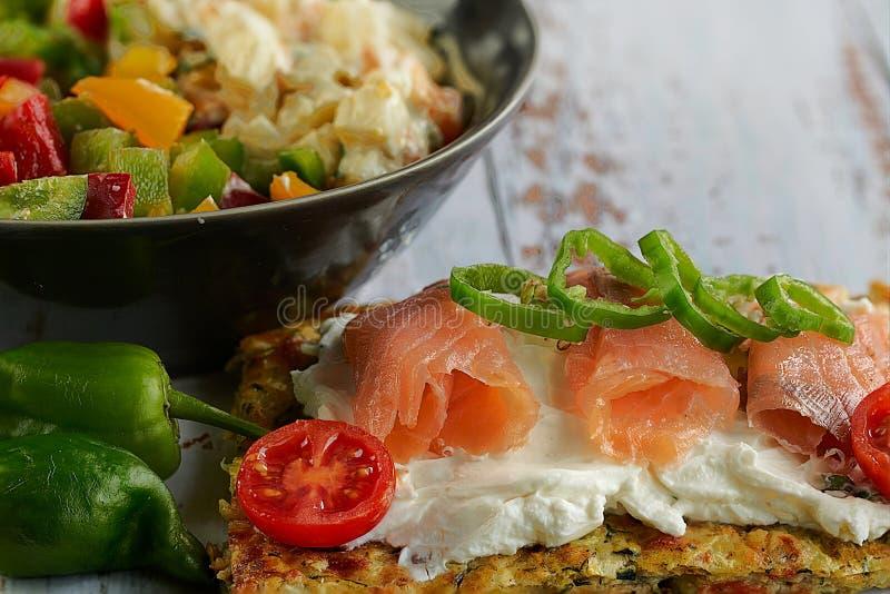 Käse- und Zucchinitortillas, geräucherter Lachs, Rettiche, Kirschtomaten, Avocadocreme, Frischkäse, Tomatencreme mit Basilikum, G lizenzfreie stockbilder