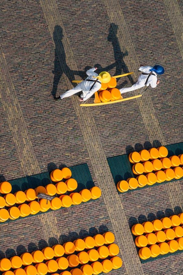 Käsefördermaschinen am Alkmaar-Käse-Markt die Niederlande stockbilder