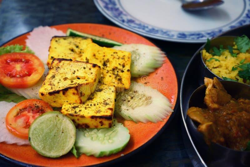 Käsegrill als traditionelle authentische indische Nahrung an einem Restaurant lizenzfreie stockfotos